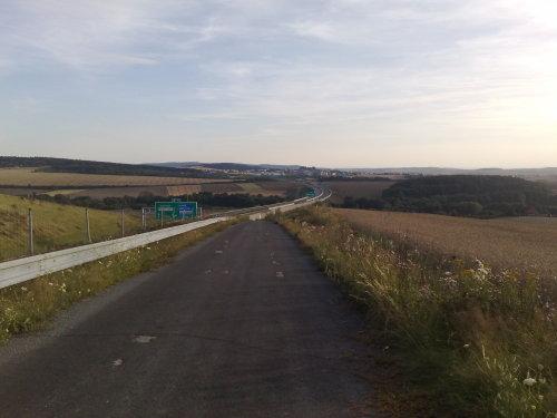Kelias palei autostradą netoli Plseno, kuriuo ėjome geras 3 valandas
