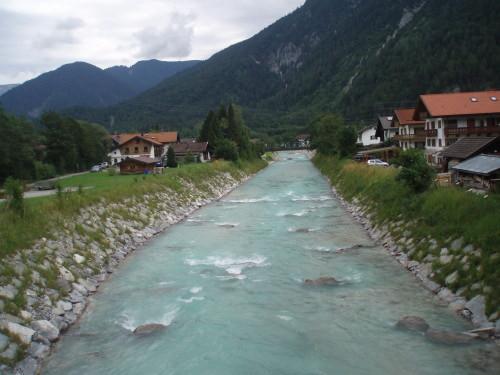 Nuostabus Alpių miestuko pakraštys ir su milžiniška jėga tekanti kalnų upė