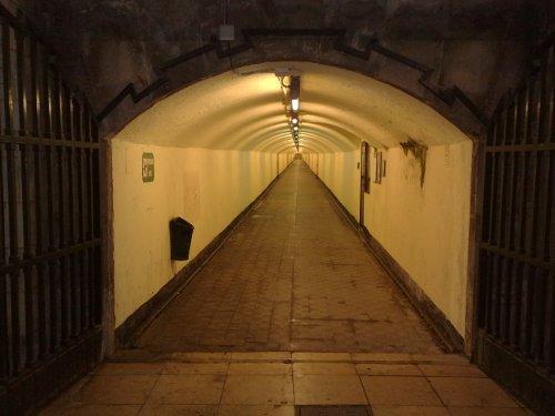 Tunelis, vedantis į kalno gilumą