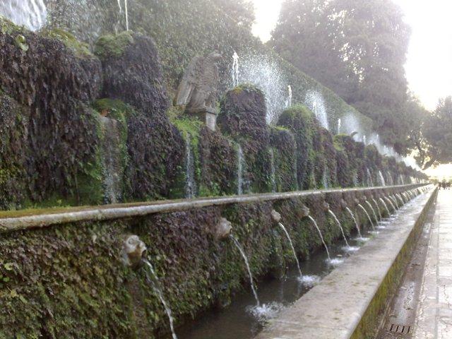 Villa d'Este, Tivolis. XVI amžiaus popiežiaus vila, apsupta visur aplink tekančio vandens